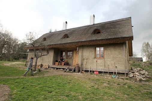 Hlíněný dům z jílu a slámy