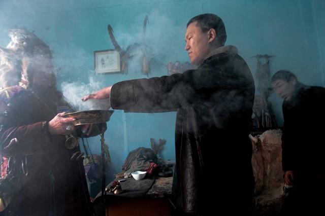 Šaman Kara-ool Adyg-Tjuluš před začátkem obřadu očišťuje muže jalovcovým dýmem. Kyzyl.