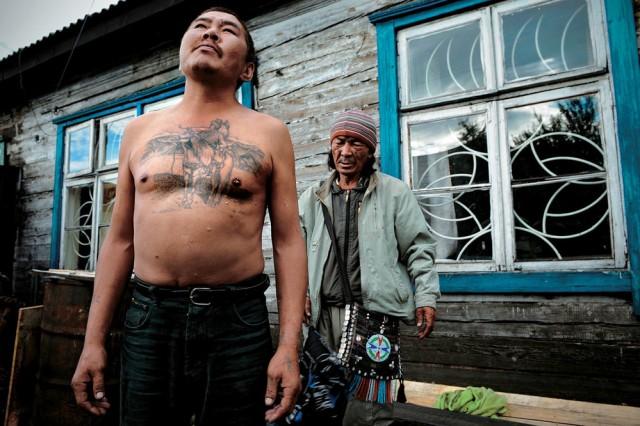 Muž čeká na očištění šamanem Adygžim poté, co se rozloučil s duší svého zemřelého bratra