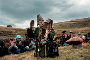Šamanka Ujnukma během rodinného obřadu dagylgaa v údolí Uzun Chem na hranici Tuvy a Altaje