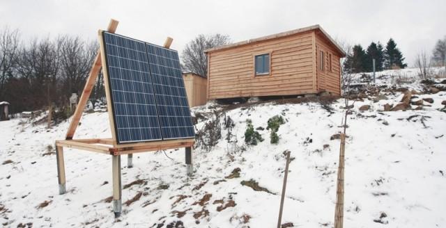 Solární panel je nastavitelný do všech stran.