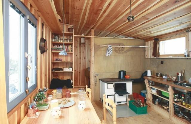 Pohled do celého interiéru z předsíňky. Vpravo za dveřmi je sprchový kout a umyvadlo.